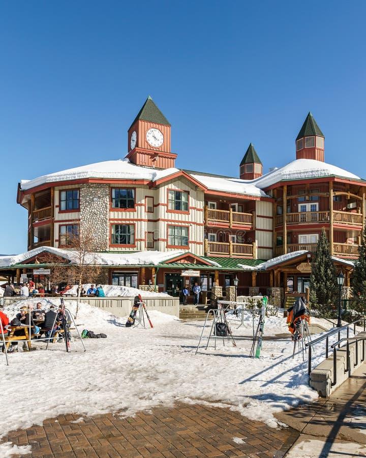 KIMBERLEY, CANADÁ - 19 DE MARÇO DE 2019: edifício da administração da estância de esqui com praça da alimentação imagens de stock
