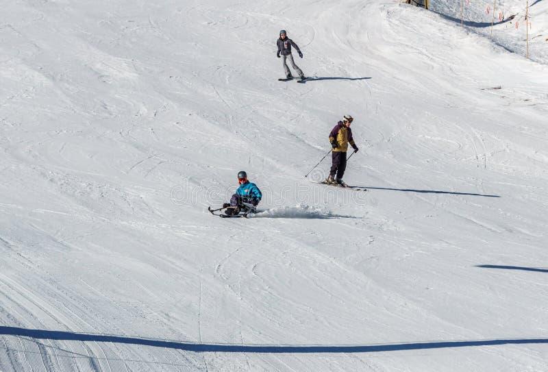 KIMBERLEY, CANADA - MAART 22, 2019: gehandicapte persoon die een Aanpassingssneeuwsporten berijden van zitten-skisvancouver royalty-vrije stock foto's