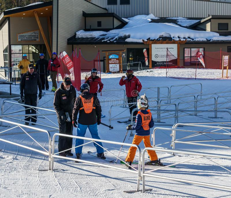 KIMBERLEY, CANADA - 22 MARS 2019 : skieur aveugle allant skier sports adaptatifs de neige de Vancouver photos libres de droits
