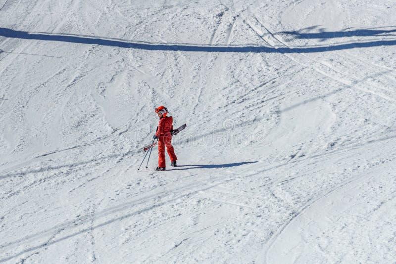 KIMBERLEY KANADA - MARS 22, 2019: Barnet för våren för sikten för bergsemesterorten skidar det tidiga med på snön arkivfoton