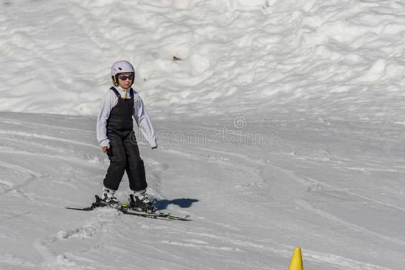 KIMBERLEY KANADA - MARS 22, 2019: Skidåkning för barn för vår för sikt för bergsemesterort tidig arkivfoton
