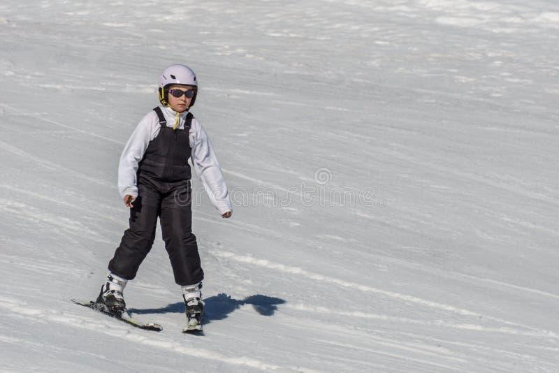KIMBERLEY KANADA - MARS 22, 2019: Skidåkning för barn för vår för sikt för bergsemesterort tidig arkivbild