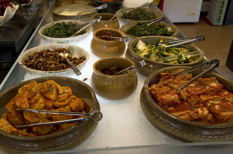 Kimchi в корейском ресторане шведского стола стоковые фото