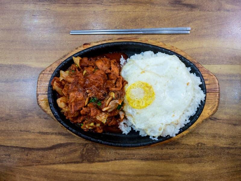 Kimchi gebraden rijst met varkensvlees en ei Populair traditioneel Koreaans voedsel Seoel, Zuid-Korea Hoogste mening stock afbeeldingen
