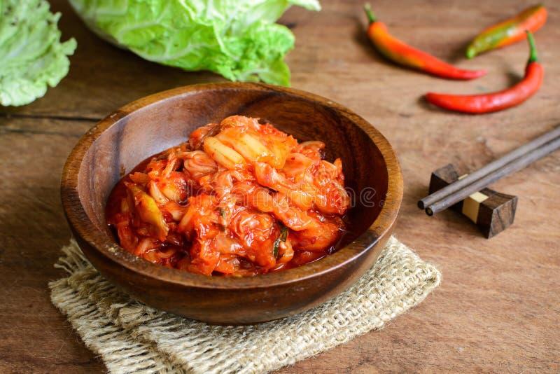 Kimchi mit Essstäbchen auf Holztisch, koreanisches Lebensmittel lizenzfreies stockbild