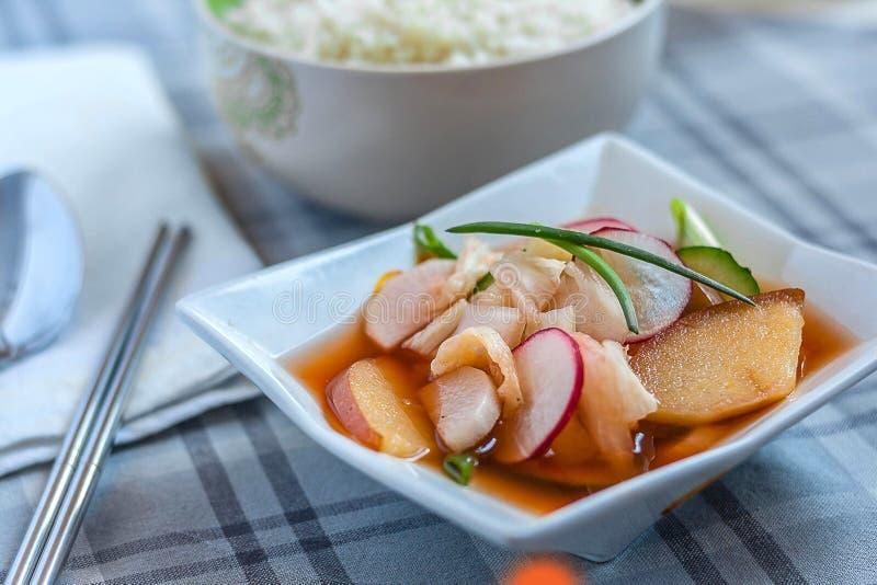 Kimchi Nabak, kimchi φρούτων και λαχανικών, κόκκινο kimchi νερού, banchan, sidedish, κορεατικά τουρσιά με chopsticks μετάλλων και στοκ φωτογραφία με δικαίωμα ελεύθερης χρήσης