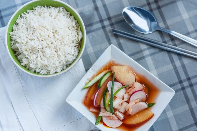 Kimchi Nabak, kimchi φρούτων και λαχανικών, κόκκινο kimchi νερού, sidedish, banchan, κορεατικά τουρσιά με chopsticks μετάλλων και στοκ φωτογραφία με δικαίωμα ελεύθερης χρήσης