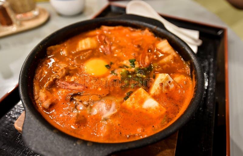 Kimchi soppa i varm kruka med tofuen arkivfoto
