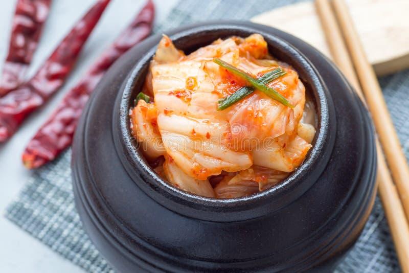 Kimchikool Koreaans voorgerecht in ceramische horizontale kruik, close-up royalty-vrije stock foto's