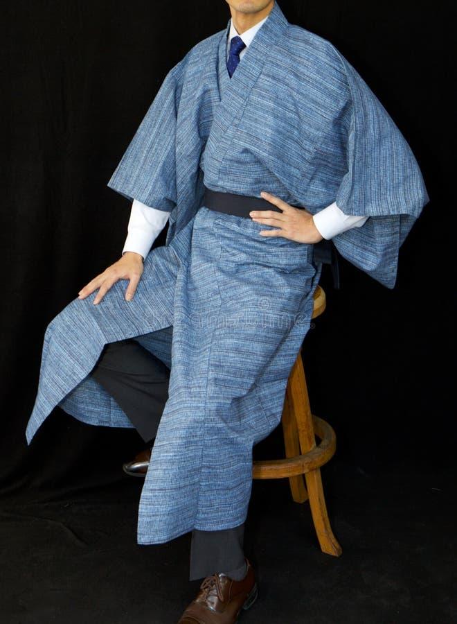 Kimono azul contra un fondo negro imagenes de archivo