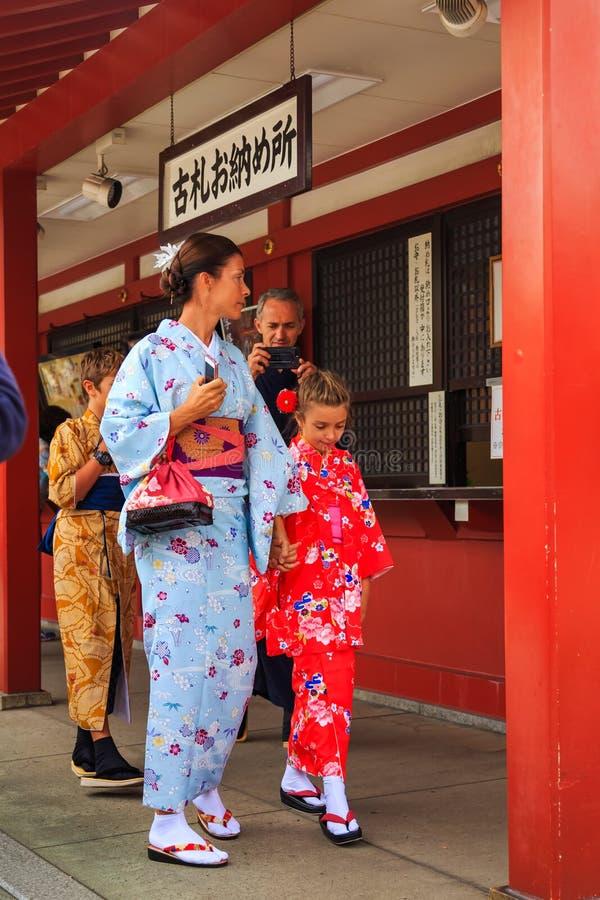 Kimono de port de touriste non identifié d'étranger, le costume national de tradition du Japon marchant au temple de Sensoji le t photo stock
