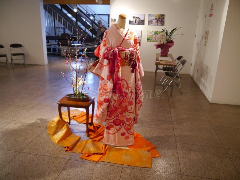 Kimono - el símbolo de la elegancia y de la uno mismo-expresión imagenes de archivo