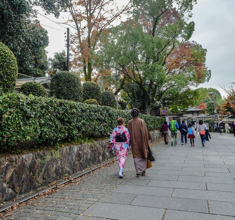 Kimono japonés de la ropa de mujer en la calle imágenes de archivo libres de regalías