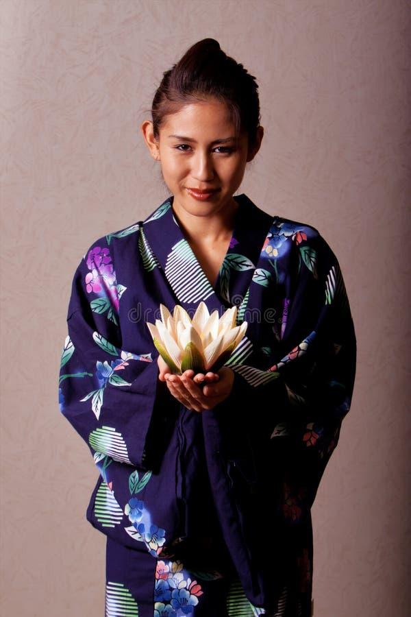 Kimono s'usant de beau femme japonais images stock