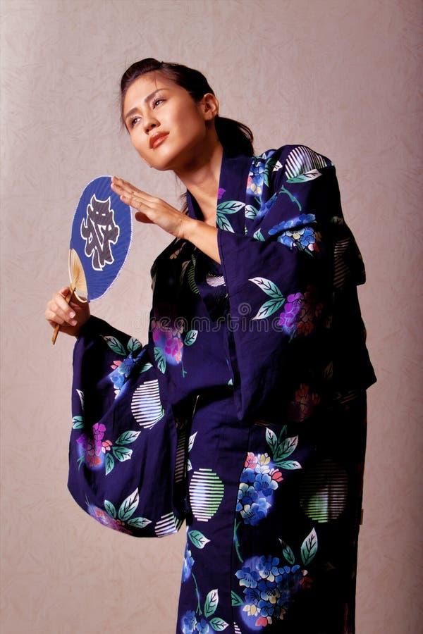 Kimono s'usant de beau femme japonais photographie stock libre de droits