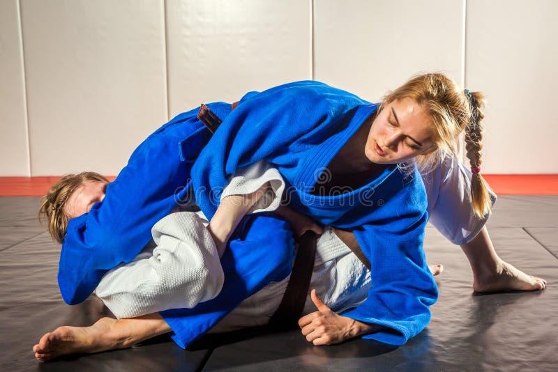 kimonotaekwondo kvinna arkivfoto
