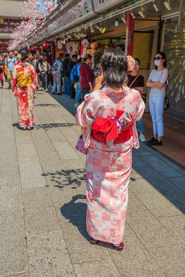Kimonovrouwen in nakamise-Dori stock afbeeldingen