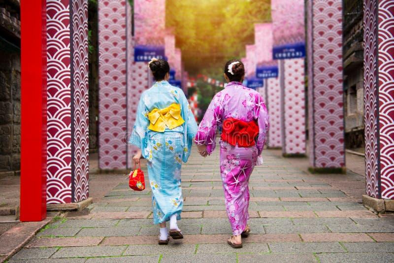 Kimonowe dziewczyny łączą Japońskiego lokalnego festiwal wpólnie obrazy royalty free