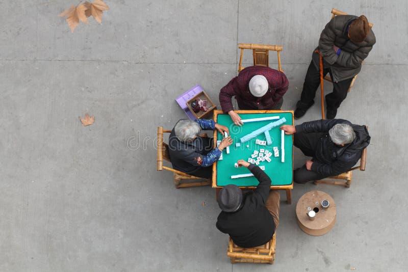 Kina äldre folk som spelar mahjong arkivfoto