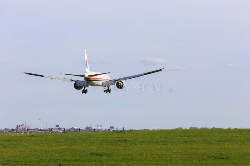 Kina östlig last 777 som landar på Amsterdam Schiphol fotografering för bildbyråer