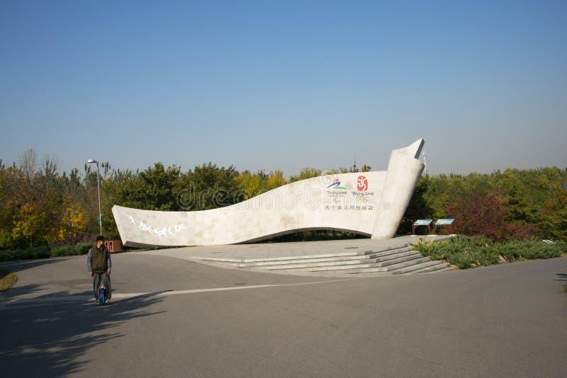 Kina Asien, Peking, den olympiska Forest Park, enormt ligga för kalligrafiminnestavla, royaltyfria bilder