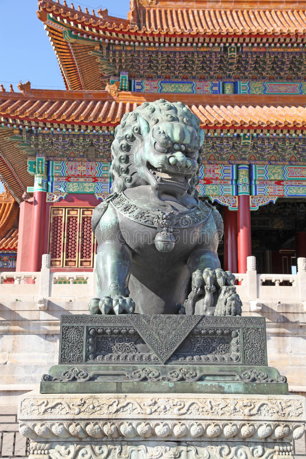 Kina Beijing Bronslejonstatyn i Forbidden City fotografering för bildbyråer