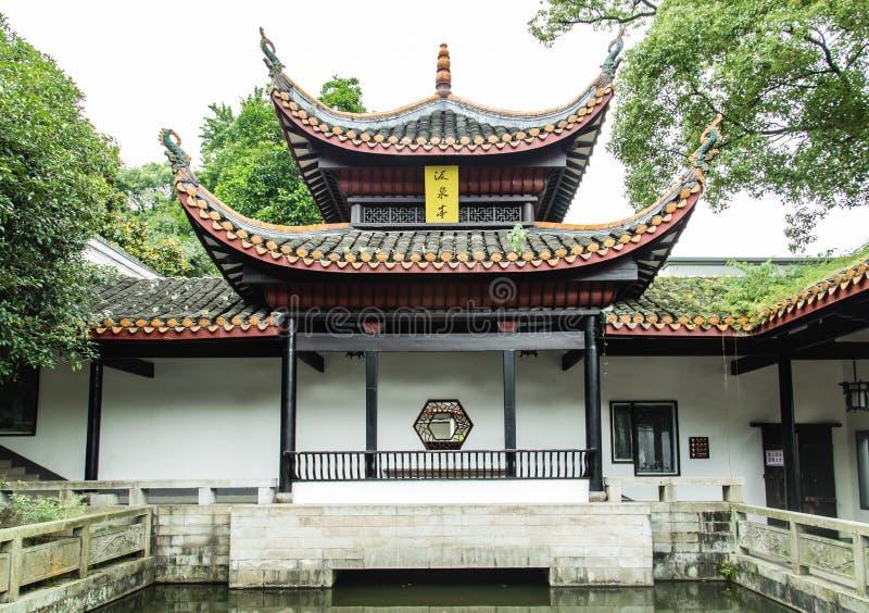 KINA CHANGSHA stad-JULI 06 2017: Är paviljongen för kinesisk stil för den Yuelu akademin, kinesen på plattan paviljongnamnet arkivfoto