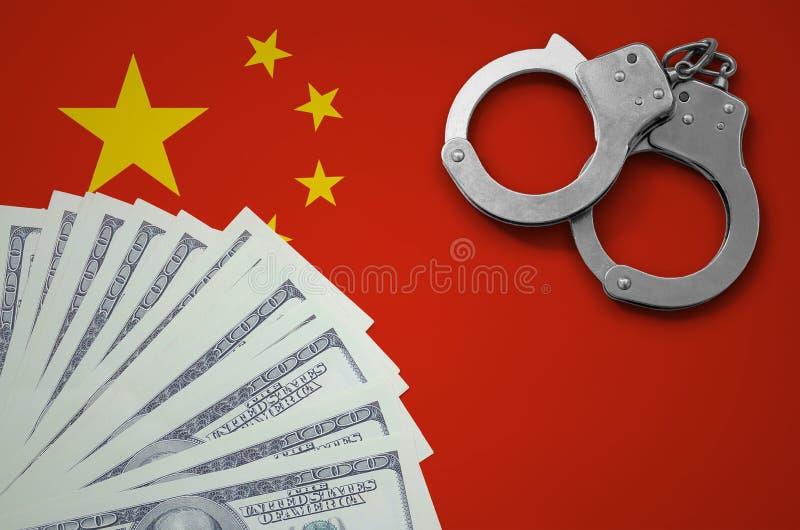 Kina flagga med handbojor och en packe av dollar Begreppet av olagliga bankrörelseoperationer i USA-valuta fotografering för bildbyråer