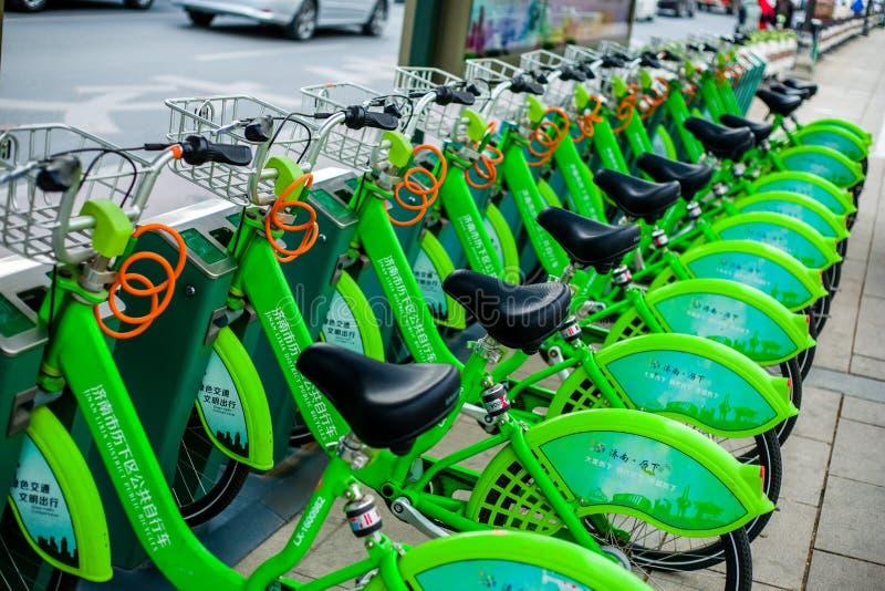 Kina gräsplan delat cykla fotografering för bildbyråer