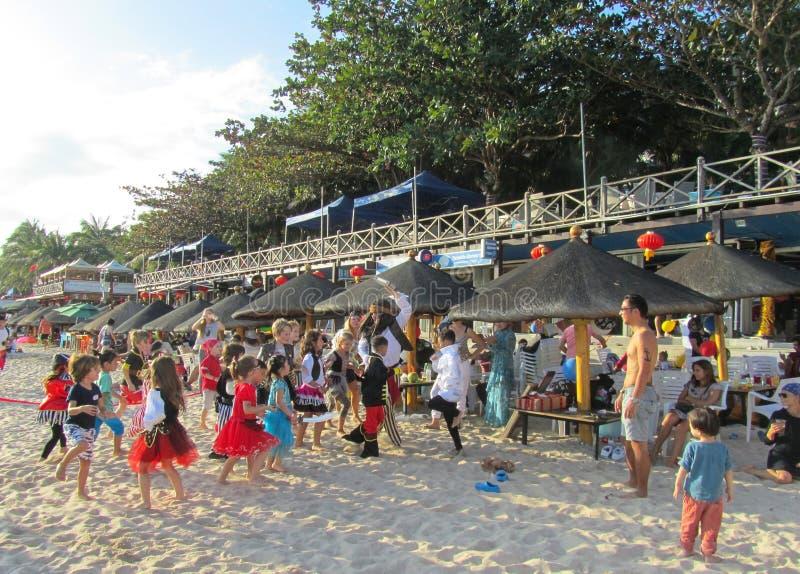 Kina Hainan landskap, Dadonghai strand Januari 20, 2018 barns ferie Tecknare underh?ller barn arkivbild