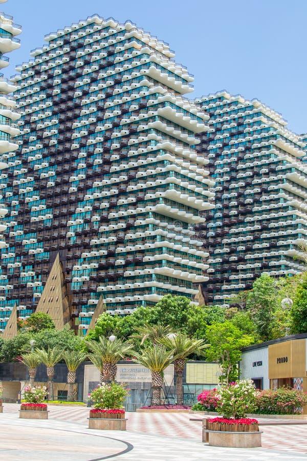 Kina Hainan, Sanya - Maj 14, 2019: Sanya Beauty Crown Hotel Nio 32 våningshus som byggs i form av stora träd arkivfoton
