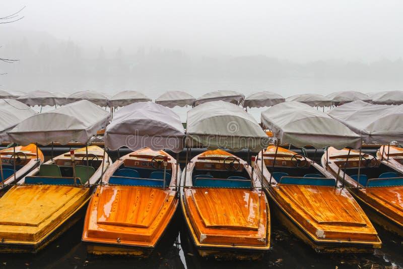 Kina Hangzhou, fartyg på den västra sjön i dimman arkivbild