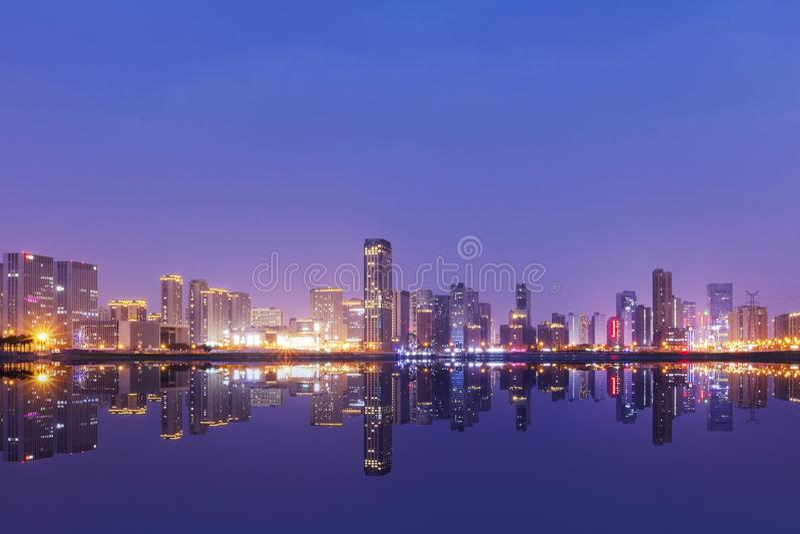 Kina Hangzhou skyskrapor, nattlandskap royaltyfria foton