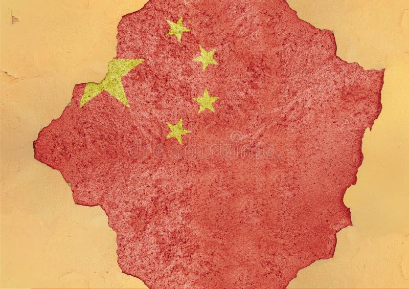 Kina knäckte hålet och den brutna flaggan i stor konkret materiell fasad royaltyfria foton