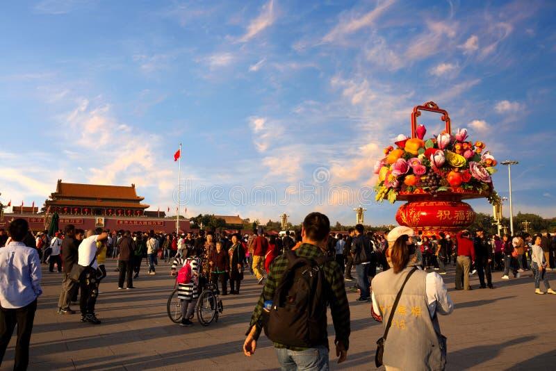 Kina nationell dag mycket av att resa folk över den Tiananmen fyrkanten arkivfoto