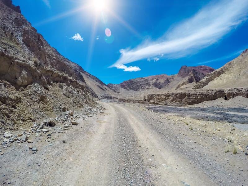 Kina Qinghai Qilian berggyttja och grusväg royaltyfri foto