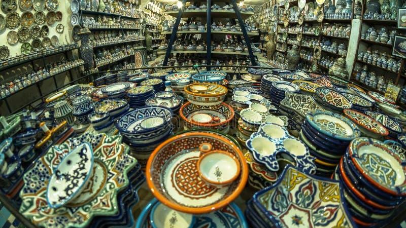 Kina souvenir i Fez Medina i Marocko royaltyfria bilder