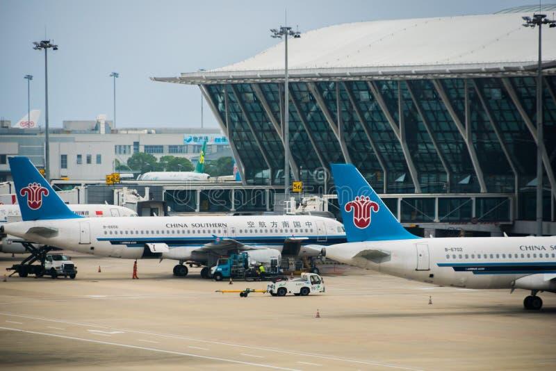Kina sydliga airplames på den Shanghai Pudong flygplatsen royaltyfria foton