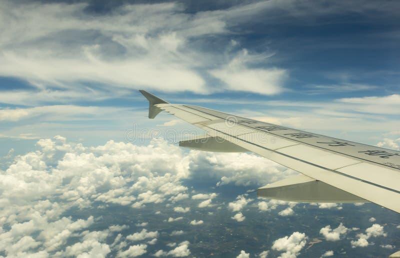 Kina sydligt flygbolag som flyger över moln arkivbilder