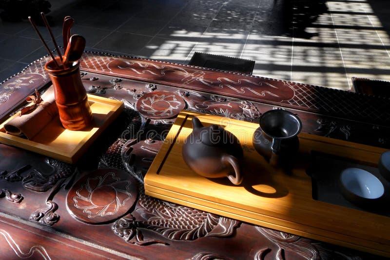 Kina teservis på den antika wood tabellen arkivfoto
