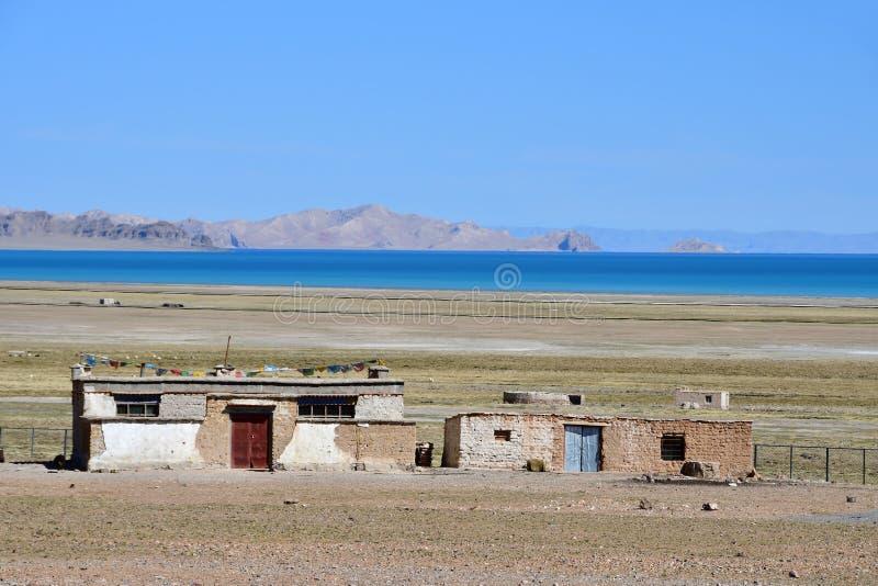 Kina Tibet Liten lantgård på kusten av sjön Seling royaltyfria foton