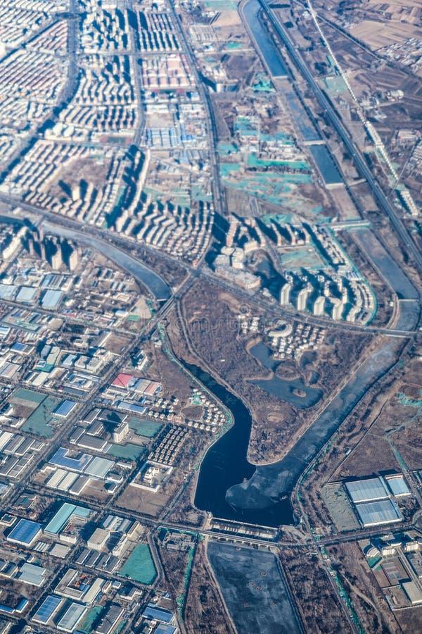 Kina townscape som sett från ett flygplan arkivbild