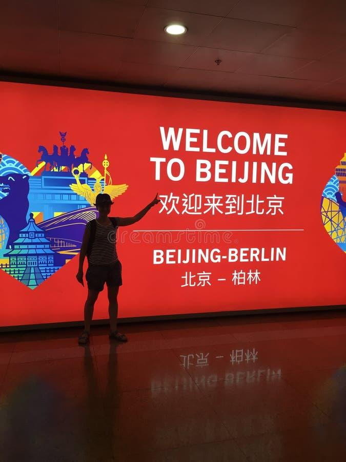 Kina välkomnar dig! På flygplatsen av Peking ett välkommet bräde för passagerare royaltyfri foto
