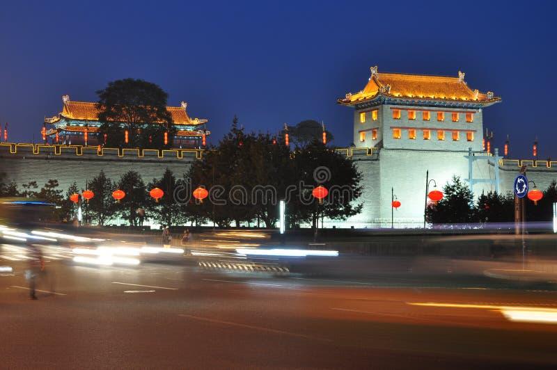 Kina XI 'en vägg för forntida stad på natten royaltyfria bilder