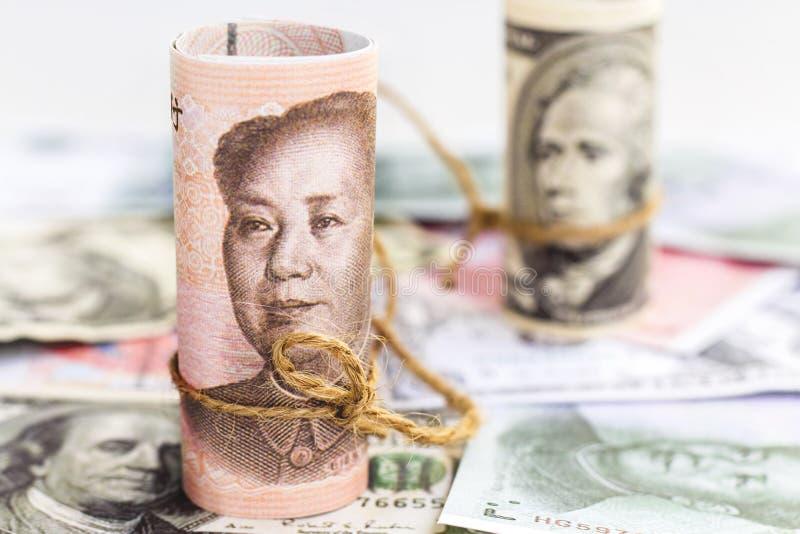 Kina yuan kontra oss dollarsedel på en hög av valutaförbudet royaltyfri fotografi