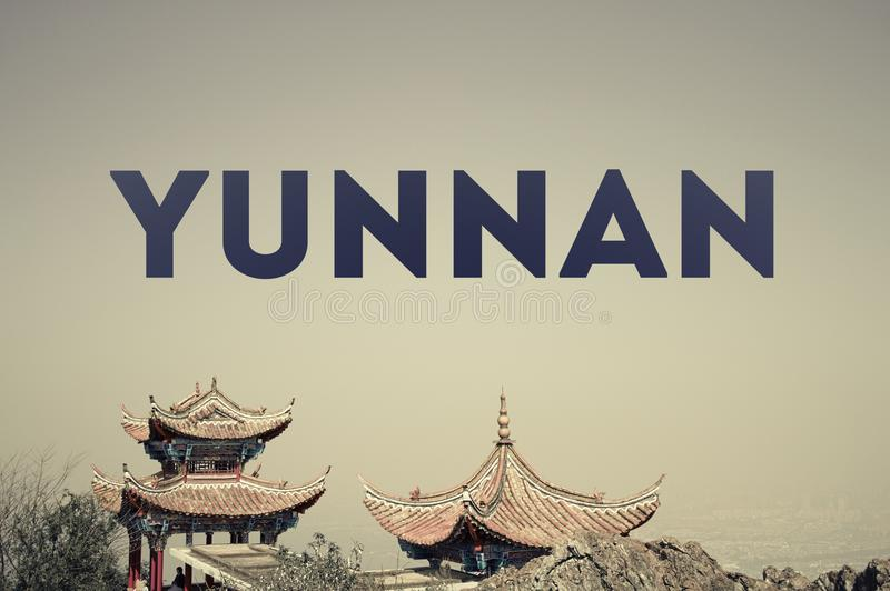 KINA - YUNNAN - KUNMING - tecken, baner, illustration, titel, räkning, paviljong, tempel arkivfoto