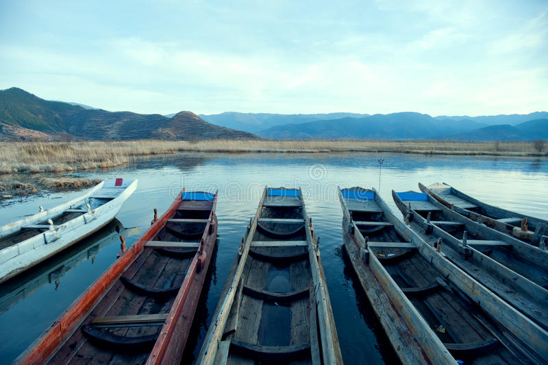 Kina Yunnan Lugu Lakelandskap i vinter arkivfoton