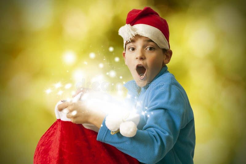 Kindöffnung Weihnachtsgeschenke stockfoto