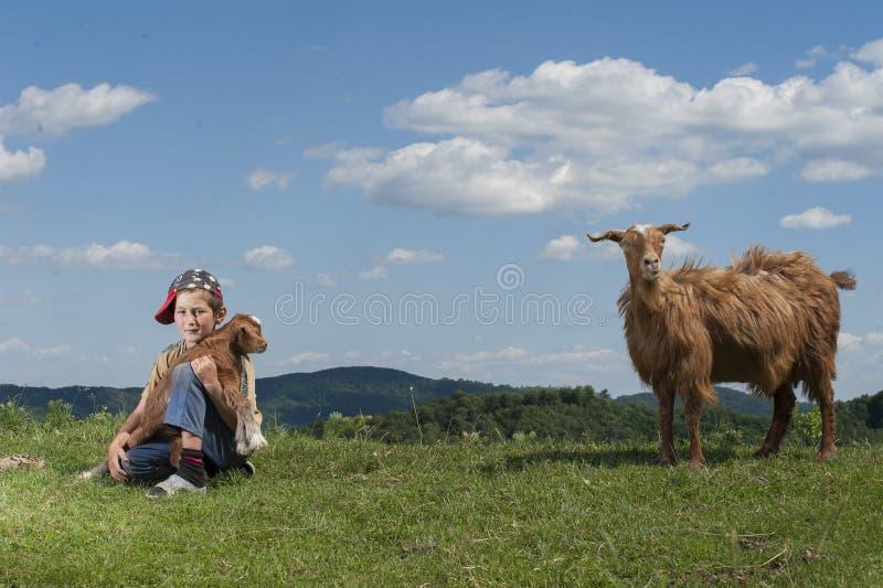 Kind in aard royalty-vrije stock afbeelding