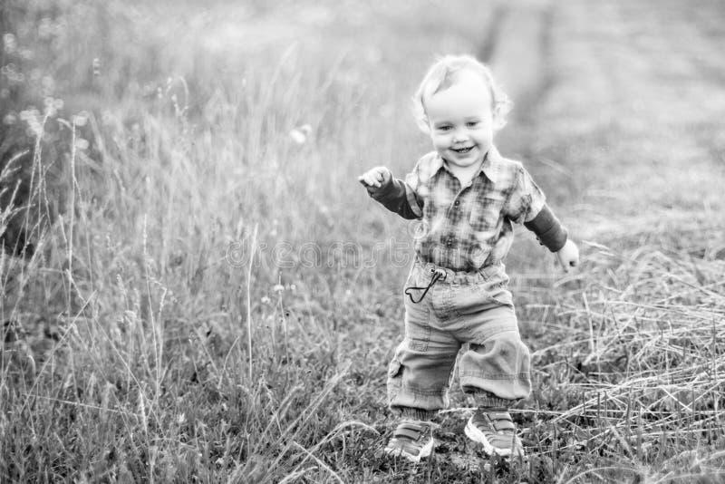 Kind in aard, het glimlachen gelukkig het voelen royalty-vrije stock afbeelding